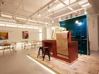 Sala multimediale minimalista di 원더러스트 Minimalista