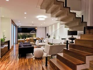 ESCADA DE ACESSO PISO SUPERIOR: Escadas  por Dib Studio Arquitetura e Interiores,Moderno