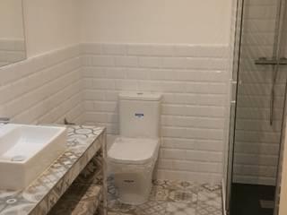 REFORMA INTEGRAL PISO EN EL RAVAL, BARCELONA: Baños de estilo  de Montaplac Reformas Integrales