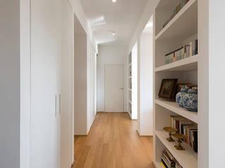 Casa parco Sempione: Ingresso & Corridoio in stile  di Costa Zanibelli associati