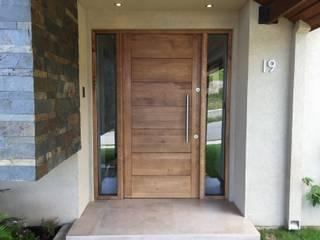 Puerta de Acceso en Lenga de Tierra del Fuego: Puertas de entrada de estilo  por Rocamadera Spa