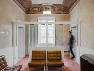 Officina29_ARCHITETTI 經典風格的走廊,走廊和樓梯