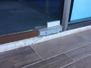 para que no suceda esto tenemos la solucion con la unica herraje hidraulicos: Centros Comerciales de estilo  por INSU GLASS SA DE CV