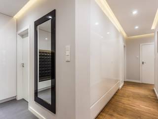 Pasillos, vestíbulos y escaleras de estilo moderno de Modify- Architektura Wnętrz Moderno