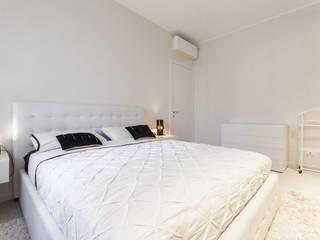 Un appartamento rinnovato da zero: Camera da letto in stile  di CLM Arredamento