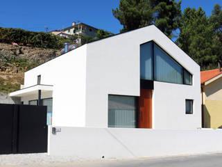 fachada principal :   por Hugo Pereira Arquitetos