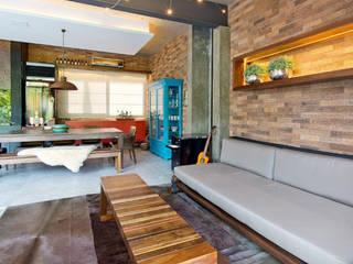 Um oásis de aconchego e convívio: Salas de estar  por +2 Arquitetura,