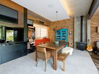 Um oásis de aconchego e convívio: Salas de jantar  por +2 Arquitetura,