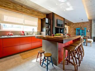 Um oásis de aconchego e convívio: Armários e bancadas de cozinha  por +2 Arquitetura,
