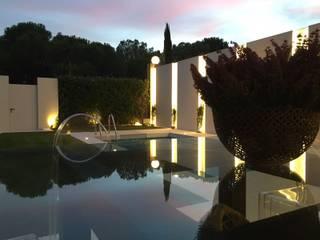 atardecer verano : Piscinas de jardín de estilo  de Jardineros de interior