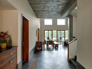 Corredores, halls e escadas tropicais por Studio Nirvana Tropical