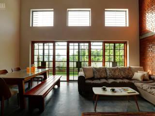 Salas de estar tropicais por Studio Nirvana Tropical