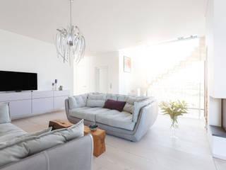 Haus am See in der Nähe Leipzigs Moderne Wohnzimmer von Manufaktur Hommel Modern