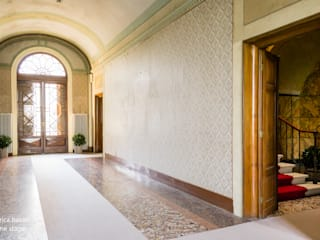 Classic style corridor, hallway and stairs by federica basalti home staging Classic