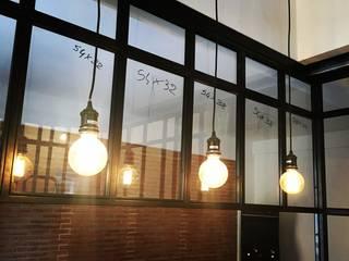 Illuminazione con sospensioni.: Cucina in stile  di simona rossetti
