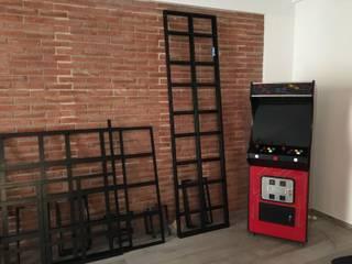 Parete dallo stile industriale.: Sala da pranzo in stile  di simona rossetti