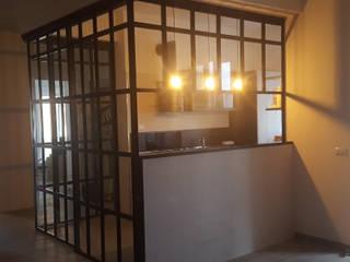 Teca su misura situata a centro stanza nella zona living.: Sala da pranzo in stile  di simona rossetti