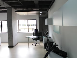 Puestos Gerenciales: Estudios y despachos de estilo industrial por Bustos + Quintero arquitectos