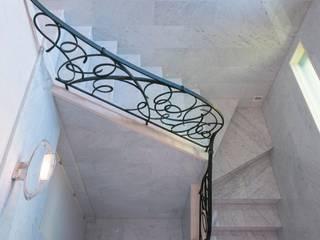 田園調布の家: 奥村召司+空間設計社が手掛けた階段です。