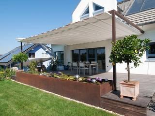 VELUSOL - Das Wettersegel: Sonnenschutz & Regenschutz - Maßgefertigte Überdachung einer Gartenterrasse Klassischer Balkon, Veranda & Terrasse von Elmendorff - Design & Handwerk Klassisch