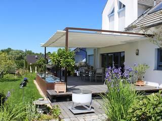 VELUSOL - Das Wettersegel: Sonnenschutz & Regenschutz - Maßgefertigte Überdachung einer Gartenterrasse Moderner Balkon, Veranda & Terrasse von Elmendorff - Design & Handwerk Modern