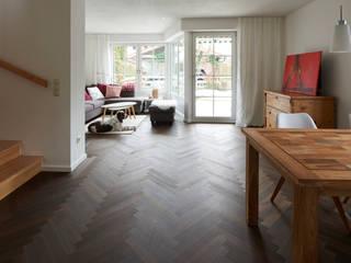 Fischgrät in Räuchereiche mit umlaufendem Randfries Klassische Wohnzimmer von Parkett Leuthe GmbH Klassisch