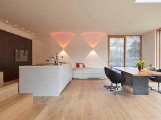 Manufaktur-Landhausdiele im Sonderfarbton nach Wunsch der Bauherrn Moderne Wohnzimmer von Parkett Leuthe GmbH Modern
