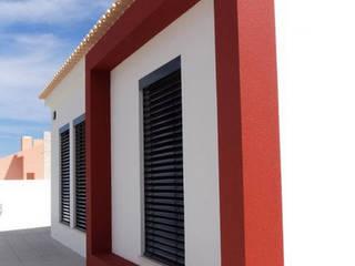 Fachada Principal - obra concluida: Casas  por Teresa Ledo, arquiteta