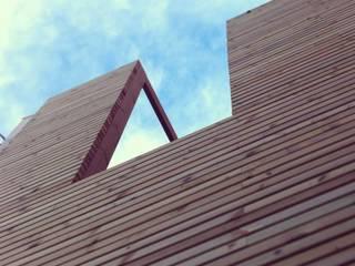 Proyecto de reforma y redistribución de un edificio de dos plantas en Barcelona convertido en estudio y vivienda: GRDN house de projectelab Moderno