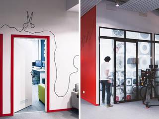 Edificios de oficinas de estilo  por OVO