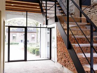 Boerderij Eikendaal eigentijds verbouwd:  Gang en hal door ODM architecten - erfgoed & architectuur, Landelijk