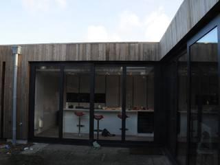 Verbouwing jaren 70 bungalow:   door Blik Architectuur | Interieur
