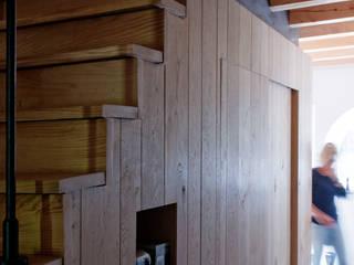 Restauratie boerderij Hengstmere:  Trap door ODM architecten - erfgoed & architectuur, Landelijk