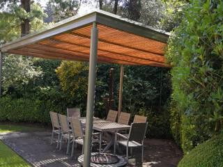 Pérgola color pimienta y madera color magnolia en Contadero CDMX: Jardines de invierno de estilo  por Materia Viva S.A. de C.V.