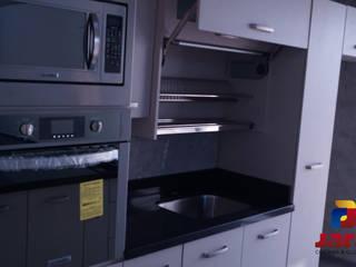 ACCESORIO ESCURREPLATOS CON PUERTA ELEVACIÓN VERTICAL : Cocinas equipadas de estilo  por JARA COCINAS & CLOSETS