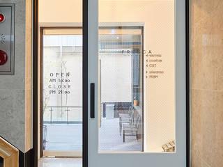 Corridor & hallway by IRO Design
