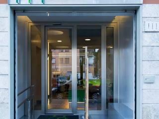 L'ingresso coperto-aperto, con bambù, visto dall'esterno: Ingresso & Corridoio in stile  di VITAE DESIGN STUDIO
