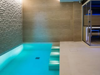 Luxury Indoor Pool with Counter Current Unit and Automatic Slatted Pool Cover von London Swimming Pool Company Modern