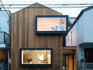石川町の住居兼クリーニング店: 木名瀬佳世建築研究室が手掛けた木造住宅です。