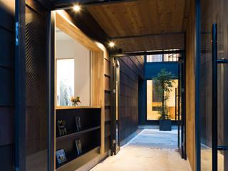 石川町の住居兼クリーニング店: 木名瀬佳世建築研究室が手掛けた廊下 & 玄関です。