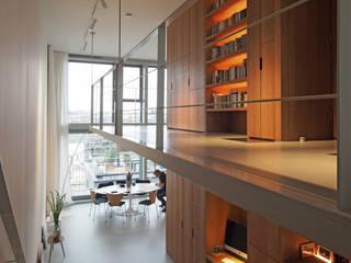 Doorzonloft Houthaven Amsterdam Moderne gangen, hallen & trappenhuizen van Bergblick interieurarchitectuur Modern