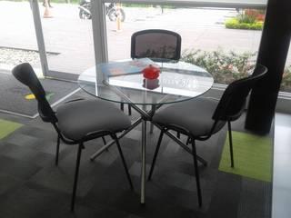 Mesas y sillas de atención clientes.: Salas de estilo moderno por MS - CONSTRUCCIONES MARIO SOTO & Cìa S.A.S.