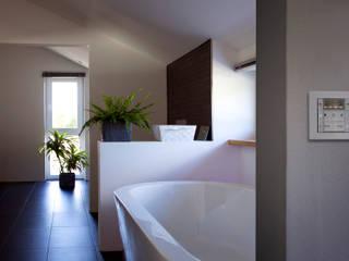 Modern, intelligent und energieeffizient  - Das etwas andere Holzhaus: moderne Badezimmer von Gira, Giersiepen GmbH & Co. KG
