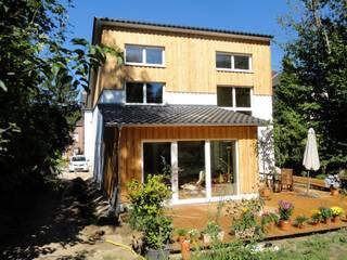 Ansicht Garten mit Terrasse und heraus gezogenem Wohnzimmer:  Passivhaus von Planquadrat-Architekten PartG mbB