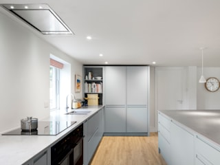 Aston Upthorpe - Handleless In-Frame Kitchen من cu_cucine حداثي