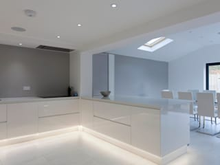 Henley On Thames - Handleless Glass Kitchen Cocinas de estilo moderno de cu_cucine Moderno