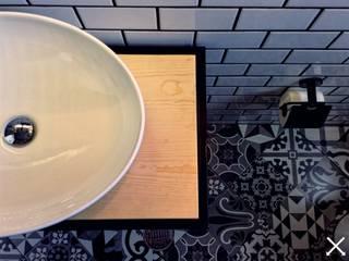 anarqhy anti - diseño Baños de estilo moderno