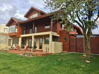 Gran casa camino el venado San Pedro de la Paz: Casas unifamiliares de estilo  por Rocamadera Spa