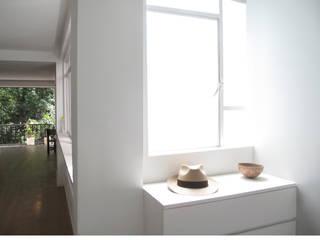 Vestibulo Pasillos, vestíbulos y escaleras de estilo minimalista de AWA arquitectos Minimalista Madera Acabado en madera
