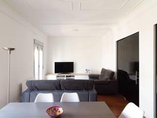 CASA L'EIXAMPLE: Salones de estilo moderno de 29 VINT-I-NOU ARQUITECTURA